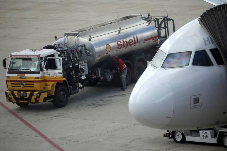 Funcionário prepara para abastecer avião no aeroporto de Brasília
