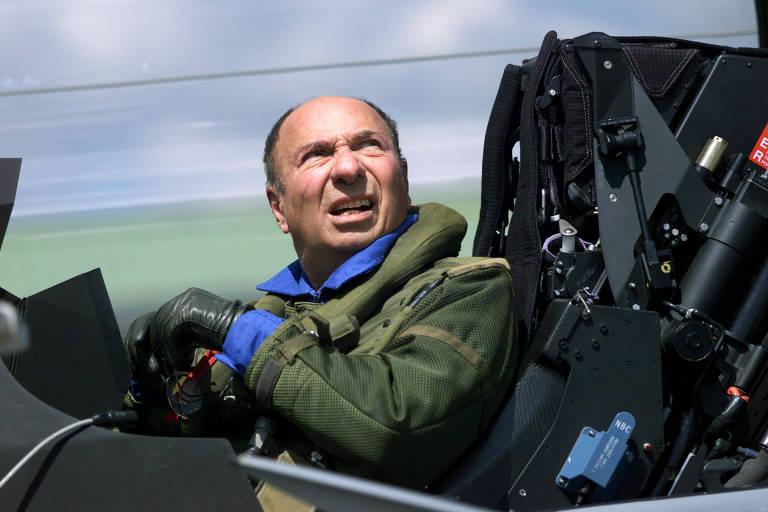 Serge Dassault em um caça Rafale feito pela empresa da família; ele morreu aos 93 anos de parada cardíaca