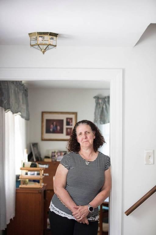 Lisa Johnson, corretora de imóveis em Quincy, Massachusetts que sofria com as dores de cabeça desde a adolescência, até fazer parte dos testes clínicos de uma nova droga
