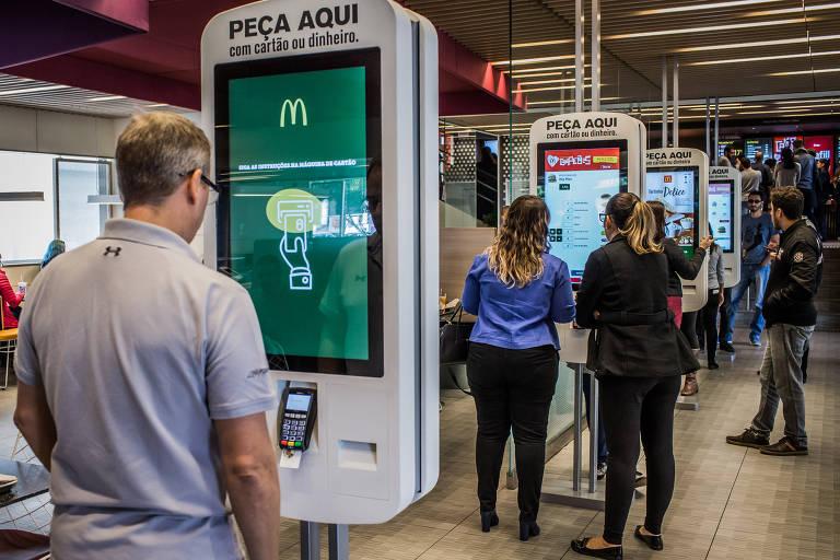 Clientes no terminal de autoatendimento do McDonald's da Rua Henrique Schaumann, em Pinheiros (zona oeste)
