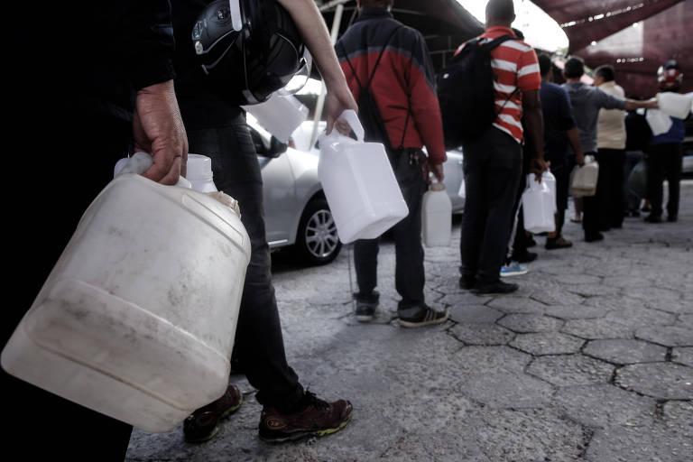 Fila para encher galões de gasolina em Florianópolis