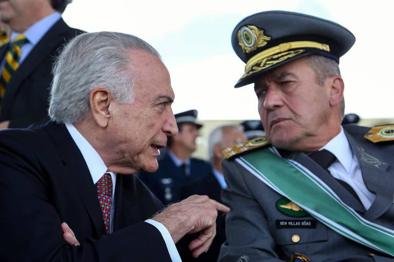 O presidente Michel Temer e o comandante do Exército, general Eduardo Villas Bôas, conversam durante cerimônia em abril