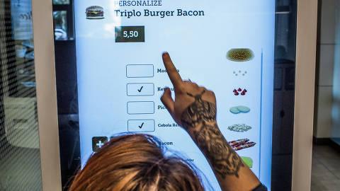 SÃO PAULO, SP, BRASIL, 23-05-2018: Na foto, terminal de autoatendimento do McDonald's da Rua Henrique Schaumann.(Foto: Bruno Santos/ Folhapress) *** FSP-ESPECIAIS *** EXCLUSIVO FOLHA***