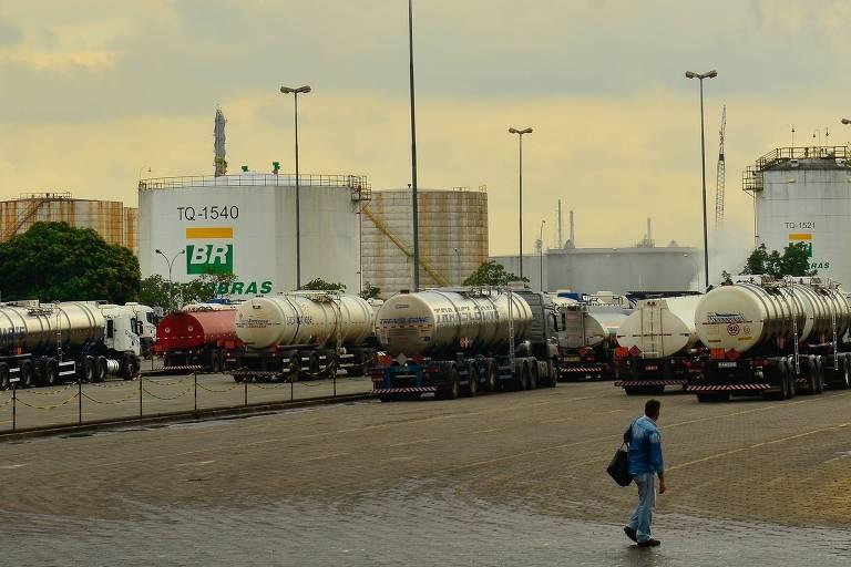 Caminhões na Replan, refinaria da Petrobras em Paulínia