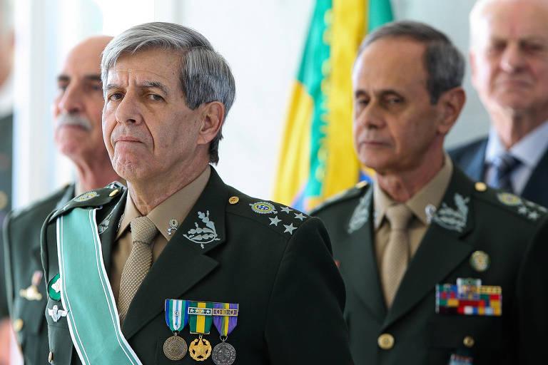 O general Augusto Heleno (à esq.), durante cerimônia de transmissão de comando, em 2011