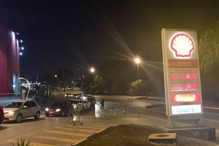 Motoristas esperam na fila de posto para comprar combustível na zona oeste de São Paulo