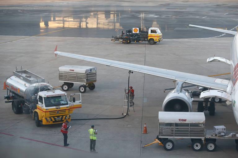 Avião é reabastecido no aeroporto de Brasília