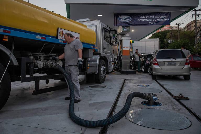 Caminhão reabastece posto de combustível na região central de São Paulo