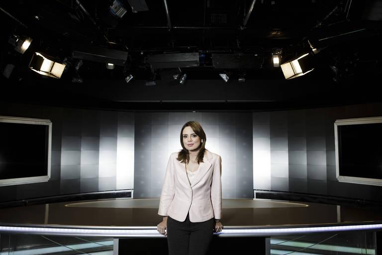 A jornalista Rachel Sheherazade em estúdio do SBT