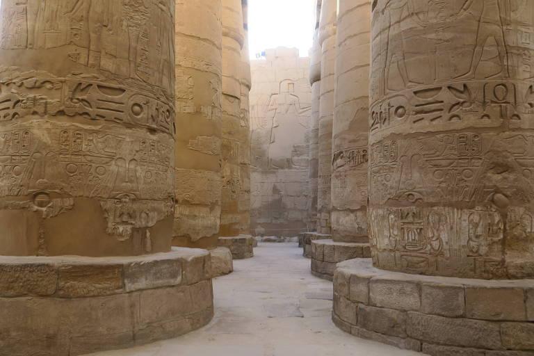 Colunas em forma de papiro no complexo de templos de Karnak, em Luxor