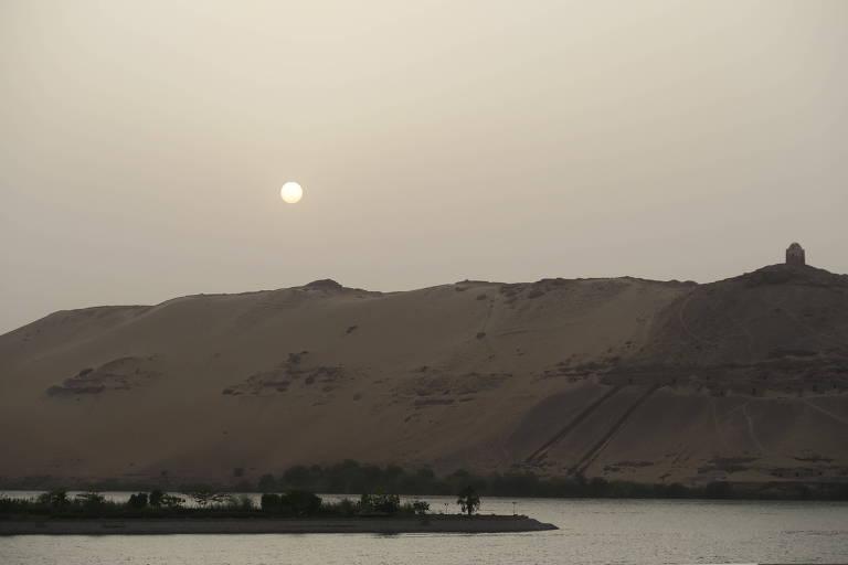O sol baixa às margens do rio Nilo, em Assuã