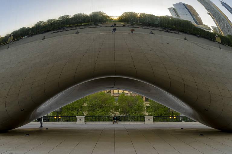 Detalhe da Cloud Gate, escultura do artista Anish Kapoor feita em aço inoxidável que fica em Chicago, nos Estados Unidos