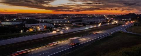 SÃO PAULO, SP, BRASIL, 30-05-2018: Movimento de carros na rodovia dos Bandeirantes sentido interior. A Bandeirantes tem movimento tranquilo por conta da greve dos caminhoneiros. (Foto: Eduardo Anizelli/ Folhapress, COTIDIANO)