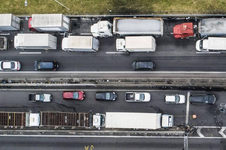 Fila de caminhões durante paralisação de caminhoneiros na rodovia Régis Bittencourt, próximo a Embu das Artes