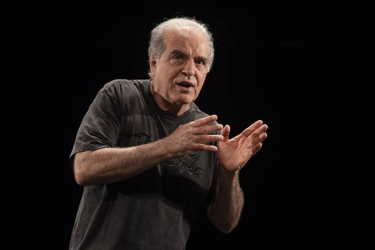"""Genézio de Barros na peça """"O Monstro"""", adaptação de Hugo Coelho para o conto homônimo de Sérgio Sant'Anna"""