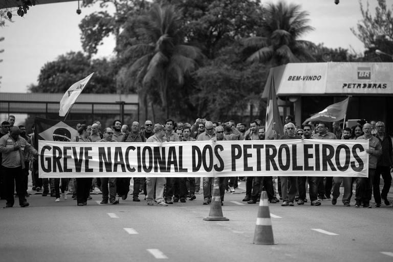 Petroleiros carregam faixa anunciando greve, em Duque de Caxias, no Rio de Janeiro