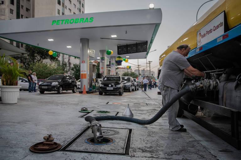 Caminhão chega para reabastecer posto de combustível da BR na avenida Pacaembu