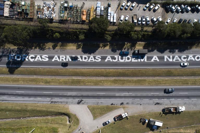 Protesto de caminhoneiros na rodovia Regis Bittencourt