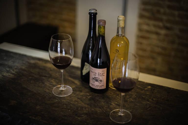 Alguns dos rótulos disponíveis no Beverino, bar de vinhos naturais e biodinâmicos na Vila Buarque