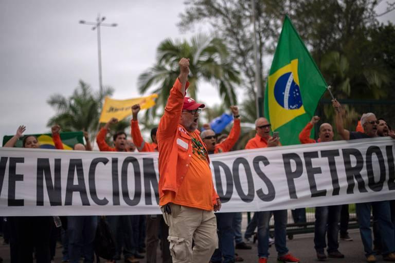 Petroleiros fazem greve em frente a refinaria da Petrobrás em Duque de Caxias, no Rio de Janeiro
