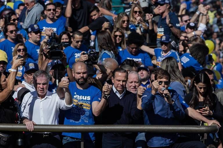 O pré-candidato à presidência pelo PRB, Flávio Rocha, ao lado do prefeito de São Paulo, Bruno Covas, e do pré-candidato ao governo do estado João Doria durante a Marcha para Jesus 2018