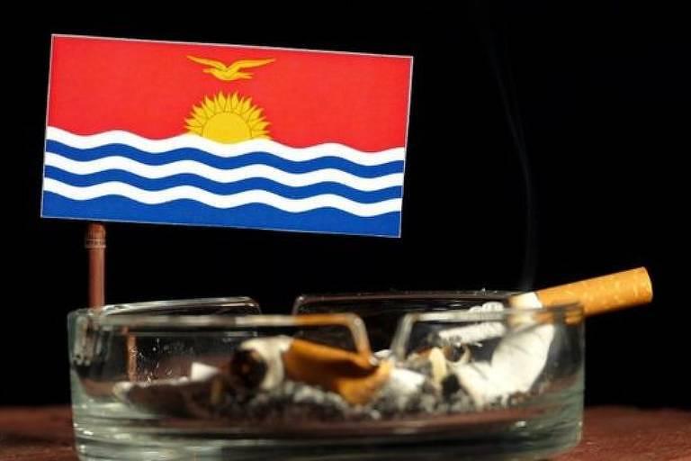 Bandeira de Kiribati em um cinzeiro com cigarros