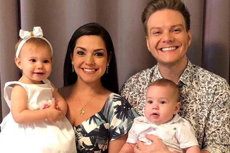 Cantor Michel Teló com a mulher, a atriz Thais Fersoza, e os filhos, Teodoro e Melinda
