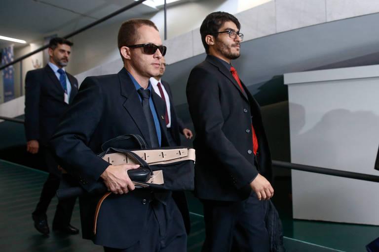 Agentes da Polícia Federal deixam o gabinete da liderança do PTB na Câmara após cumprirem mandado de busca e apreensão