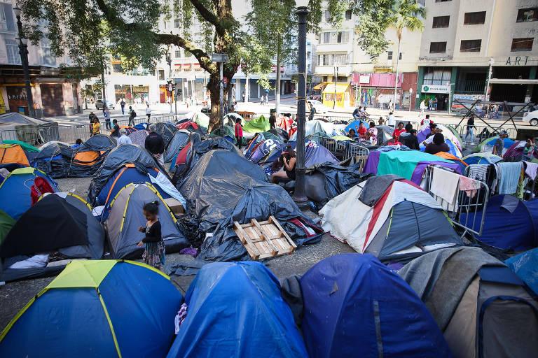 Desabamento no largo do Paissandu completa um mês e moradores ainda estão  acampados próximo ao local da tragédia (Zanone Fraissat FOLHAPRESS) -  Folhapress da3addf687ec4