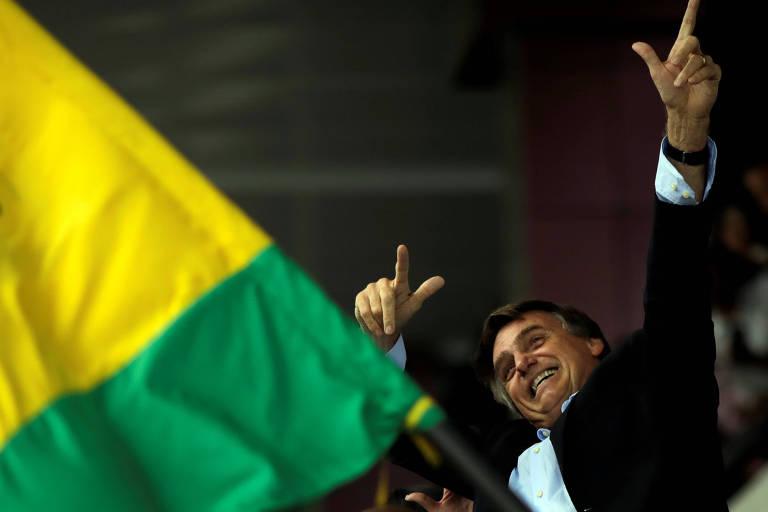 Bolsonaro faz gesto de Usain Bolt ao chegar ao aeroporto de Salvador em 24 de maio
