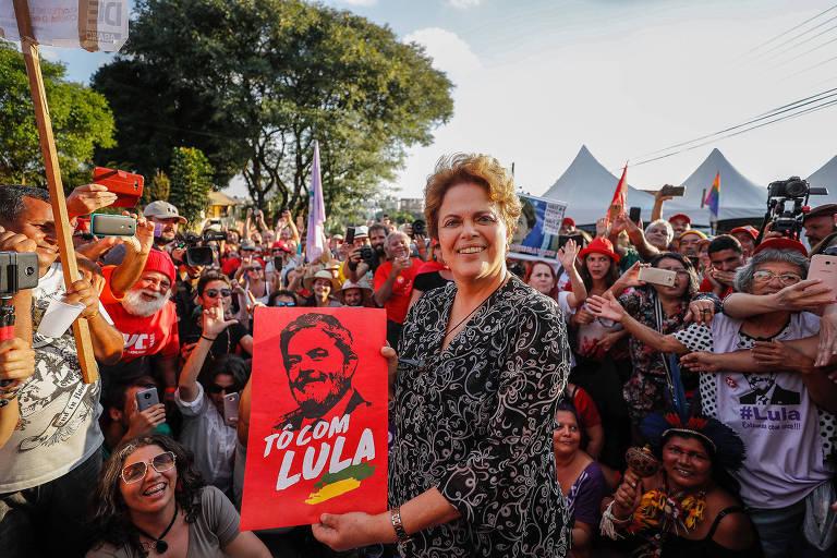 Dilma posa em frente ao acampamento em apoio a Lula, em Curitiba, em abril