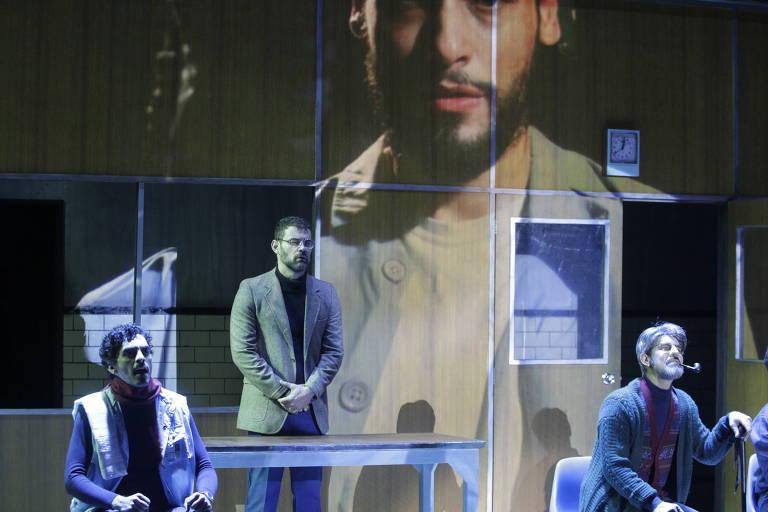 Espetáculo 1984 atores Laerte Kessimos (esq), Carmo Dalla Vecchia (centro ),  Eric Lenate (dir) e Bruno Fagundes (na projeção ao fundo) no Sesc Consolação Teatro Anchieta, em São Paulo