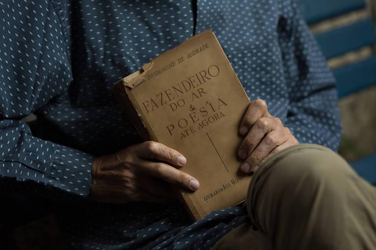 livro nas mãos de armando