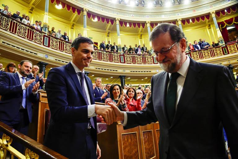 O novo primeiro-ministro da Espanha, Pedro Sanchez (dir.), cumprimenta Mariano Rajoy, destituído do governo nesta sexta-feira (1º) após a eclosão de um escândalo de corrupção