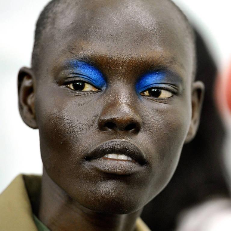 A modelo Grace Bol usou uma sombra azul com cobertura despojada no desfile da L'Oreal Paris