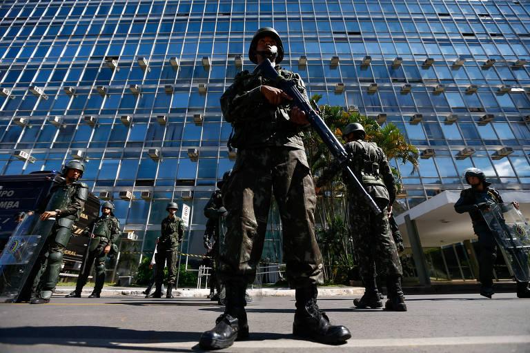 Militares vigiam prédio do Ministério do Trabalho, em Brasília, durante manifestação em maio de 2017