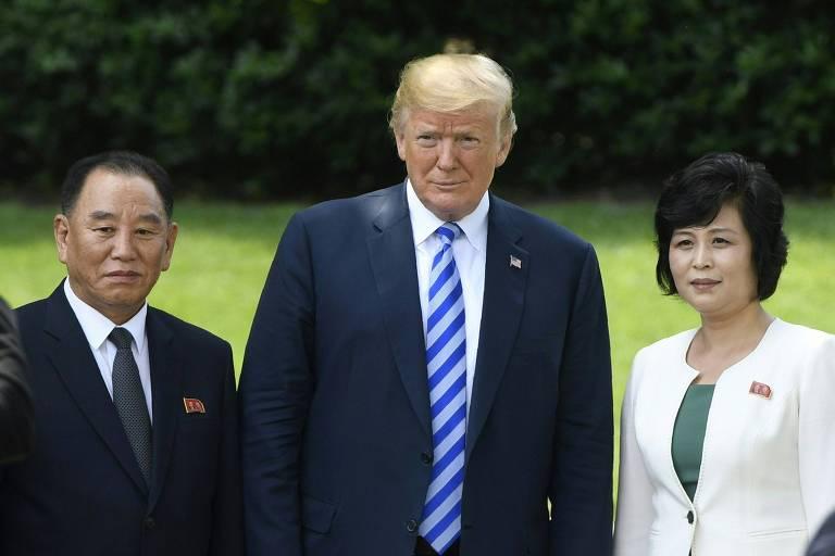 Trump (centro) posa para foto com o braço-direito de Kim Jong-un, Kim Yong-chol, e uma integrante da delegação norte-coreana que visitou a Casa Branca nesta sexta (1º)
