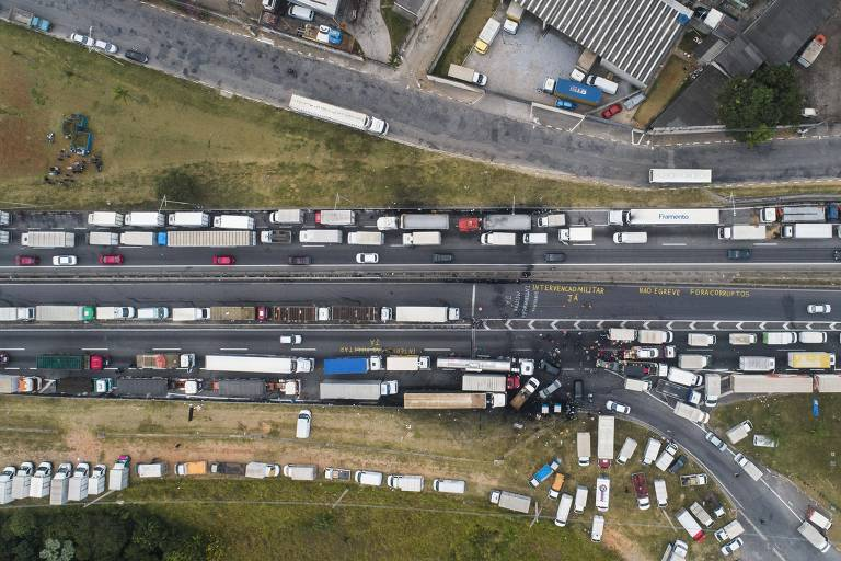 Fila de caminhões durante greve de caminhoneiros na rodovia Régis Bittencourt, próximo a Embu das Artes.