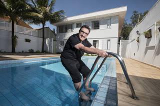 Coluna Monica Bergamo (***para domingo***)  Retrato do apresentador Ratinho (Carlos Massa) na escada da piscina em casa usada como escritorio na Lapa