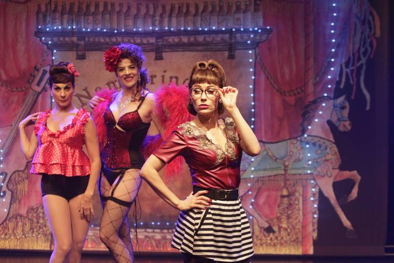 As atrizes Angela Dippe (à esq.), Christiane Tricerri (centro) e Rachel Ripani (dir) em cena da peça 'Nem Princesas nem Escravas'
