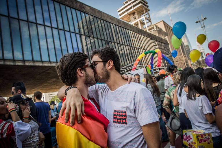 Jovens de beijam durante a Parada Gay de 2017, na av. Paulista, região central de São Paulo