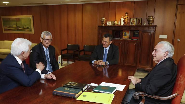 Ivan Monteiro, segundo da esq. para a dir., novo presidente da Petrobras, durante reunião com Moreira Franco, ministro das Minas e Energia, Eduardo Guardia, ministro da Fazenda, e Michel Temer, presidente da República