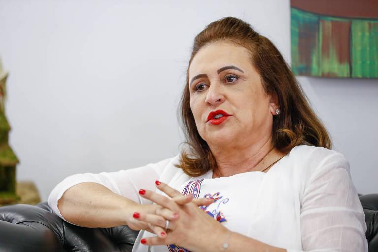 A senadora Kátia Abreu (PDT-TO), durante entrevista à Folha em seu gabinete, em 2017. Ela cruza as mãos e está de branco.