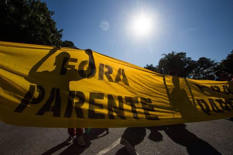 Manifestantes em frente à refinaria da Patrobras em Betim (MG) comemoram pedido de demissão de Pedro Parente
