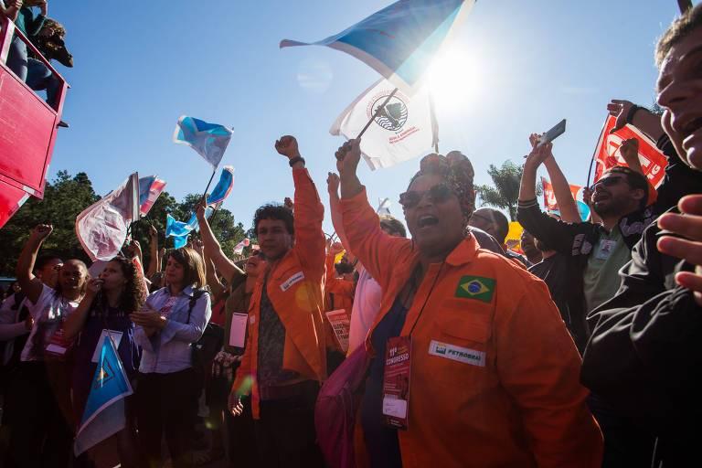 Manifestantes em frente à refinaria da Petrobras em Betim (MG) celebram pedido de demissão de Pedro Parente