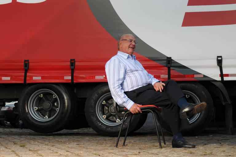 Julio Simões, fundador da atual JSL, em frente a um caminhão