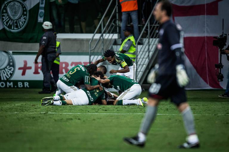 Jogadores do Palmeiras comemoram gol de Robinho em Rogério Ceni, do São Paulo
