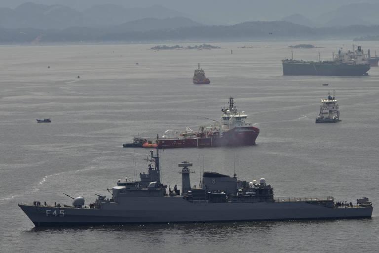 Em 1º plano, fragata União deixa base em Niterói para atuar no Líbano