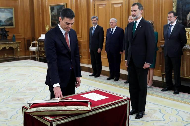 Pedro Sanchez (à esquerda) faz seu juramento de posse ao lado do rei da Espanha, Felipe 6º, e do até então primeiro-ministro Mariano Rajoy (à direita)