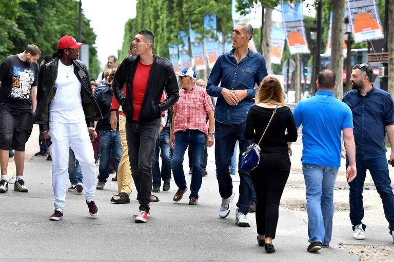 Encontro dos homens mais altos do mundo atrai olhares curiosos em Paris